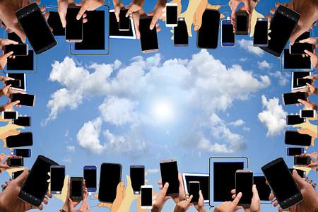 Bild das widerspiegeln soll wie das heutige Surfverhalten funktioniert: unterwegs auf dem Smartphone oder Tablet. Wir sind Ihr starker Partner für Websites und Digitalisierungen!